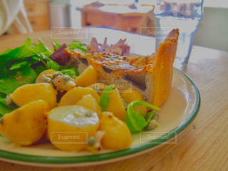 サラダ,おいしい,キッシュ,ポテト,ランチプレート,コールスロー,イギリス料理