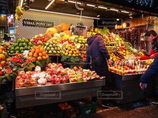 さまざまな店でディスプレイ上の果実の写真・画像素材[896832]
