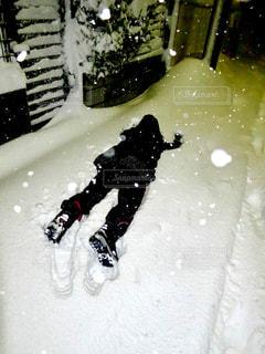 雪をスノーボードに乗る男覆われた斜面の写真・画像素材[908912]