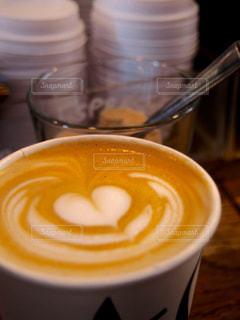 テーブルの上のコーヒー カップの写真・画像素材[928395]
