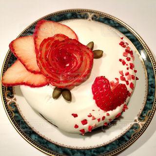 皿に赤と白のケーキの写真・画像素材[1147621]