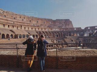 建物の前に立っている人の写真・画像素材[1194694]