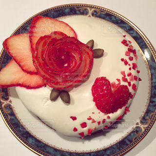 皿の上のケーキのスライスの写真・画像素材[1196995]