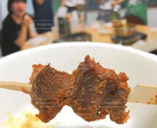 白い皿の上の肉の部分の写真・画像素材[1207344]
