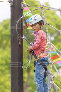 アスレチックで遊ぶ男の子の写真・画像素材[1158532]