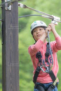 野球のバットを持ってヘルメットを身に着けている人の写真・画像素材[1158545]
