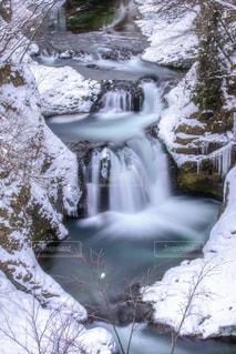 雪化粧した滝の写真・画像素材[1025900]