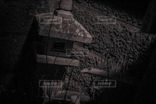 暗い部屋で人の写真・画像素材[853784]