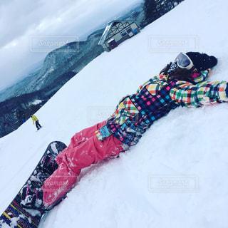 山が雪の上に座っている人に覆われています。の写真・画像素材[1817524]