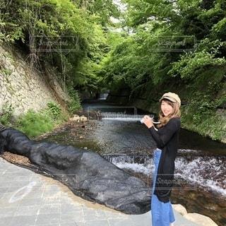 川の横に立っている人の写真・画像素材[1280618]