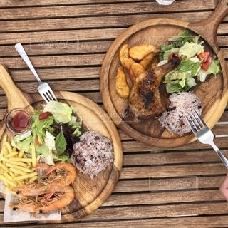 木製のテーブルの上に食べ物のプレートの写真・画像素材[1280631]