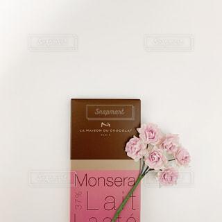 近くにピンクの花のアップの写真・画像素材[1758286]
