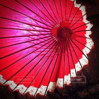 お祭りの時に見かけた和傘の照明の写真・画像素材[856732]