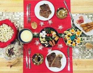 食べ物,冬,おうちごはん,食事,赤,テーブル,野菜,ランチョンマット,皿,クリスマス,サラダ,肉,料理,テーブルフォト,メリークリスマス