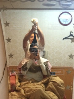 カメラにポーズ鏡の前に座っている人 - No.945625