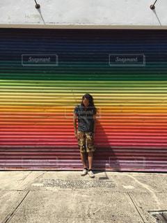 看板の前に立っている人の写真・画像素材[750224]