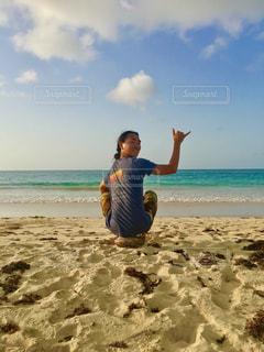 砂のビーチでフリスビーを持って男は、 - No.750231