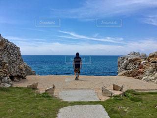海の横にある岩のビーチの写真・画像素材[792244]