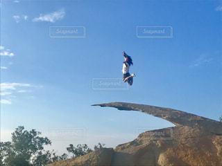 山を下るスノーボードに乗っている間空気を通って飛んで男の写真・画像素材[813738]