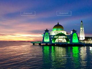 水の体の緑色のボートの写真・画像素材[813750]