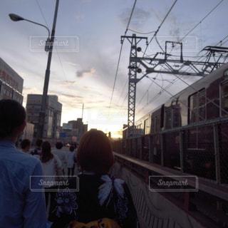 女性,男性,空,屋外,電車,後ろ姿,夕方,都会,人物,浴衣,鉄道,デート,ゆかた