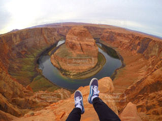 岩の上に立っている人の写真・画像素材[812855]