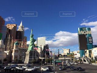 街の通りに看板のある建物の写真・画像素材[1002005]