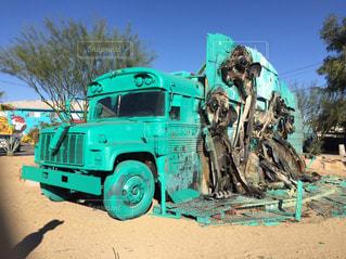 未舗装の道路を運転トラック - No.1002052