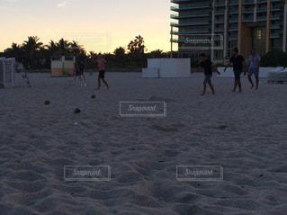 砂浜を歩いている人のグループの写真・画像素材[1002872]
