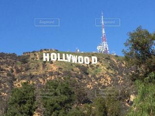 背景の山とハリウッド サインの写真・画像素材[1002877]
