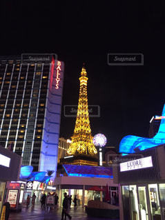 背の高い建物が夜ライトアップの写真・画像素材[1002880]