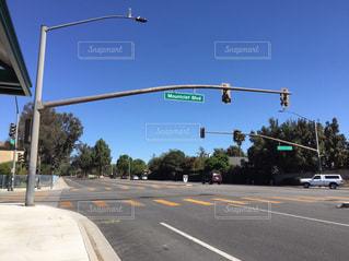道の端に座っているトラフィック ライトの写真・画像素材[1002886]