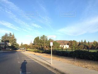道の端にフォーカスを持つストリート シーンの写真・画像素材[1003249]