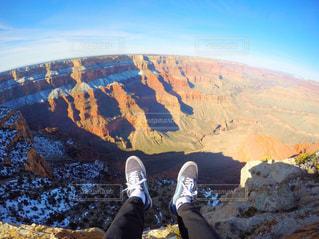 山の前に立っている男の写真・画像素材[1005735]