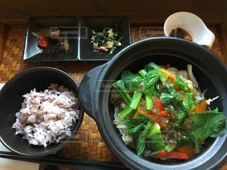 テーブルの上に食べ物のボウルの写真・画像素材[1078584]