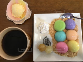 食品とコーヒーのカップのプレートの写真・画像素材[1079905]