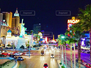 夜のライトアップされた街の写真・画像素材[1198746]