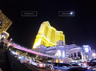 夜のライトアップされた街の写真・画像素材[1198763]