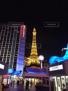 背の高い建物が夜ライトアップの写真・画像素材[1198774]