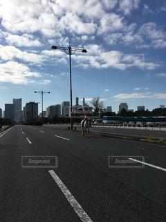道の端にフォーカスを持つストリート シーンの写真・画像素材[1198775]