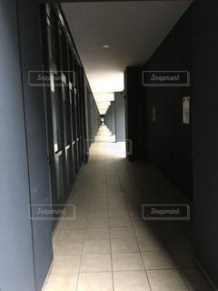 黒と白のタイル張りの床の写真・画像素材[1201906]