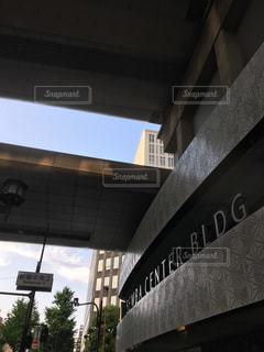 電車は建物の脇に駐車します。の写真・画像素材[1247886]