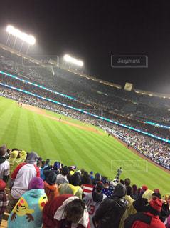 観衆の前で人々 とスタジアムの写真・画像素材[1247901]
