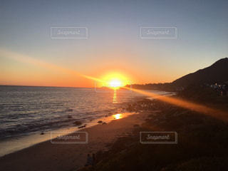 水の体に沈む夕日の写真・画像素材[1269906]