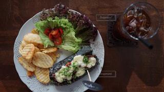 テーブルの上に食べ物のプレートの写真・画像素材[1272863]