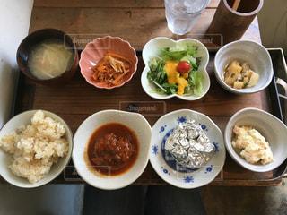 テーブルの上の皿の上に食べ物のボウルの写真・画像素材[1288453]