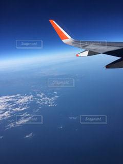 水の体の上に飛んでいる飛行機の写真・画像素材[1313169]