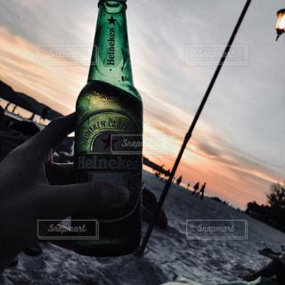 水のボトルを保持している人の写真・画像素材[1385229]