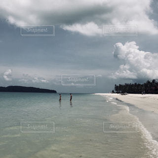 水体の上空で雲のグループの写真・画像素材[1385234]