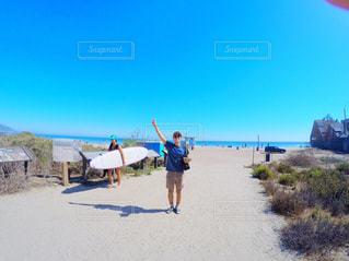 ビーチに立っている人の写真・画像素材[1385249]